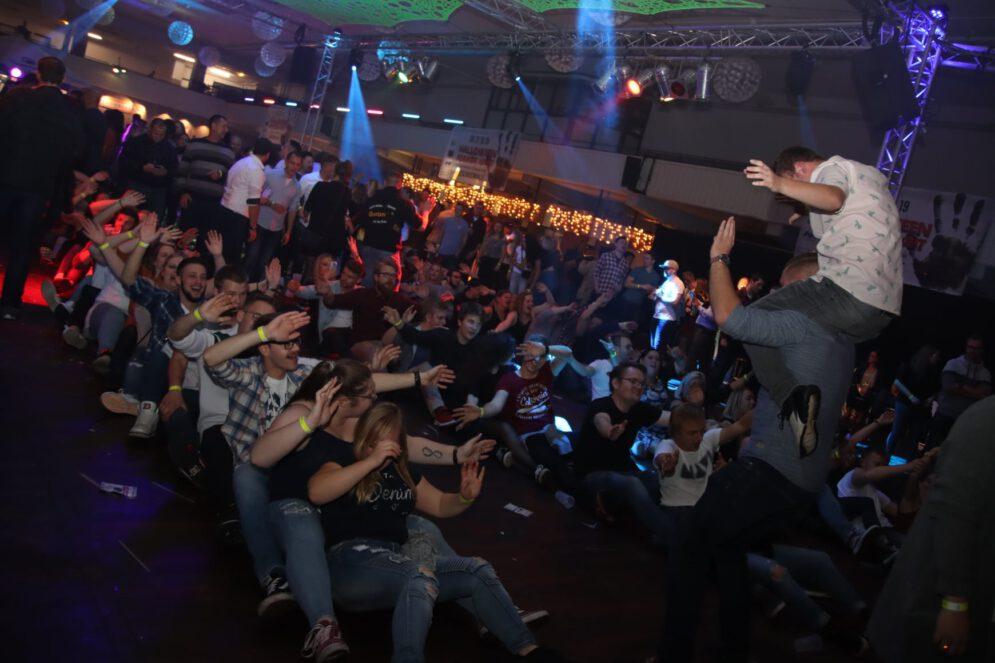 Tanzendes Publikum auf der großen 80er- / 90er-Jahre-Party