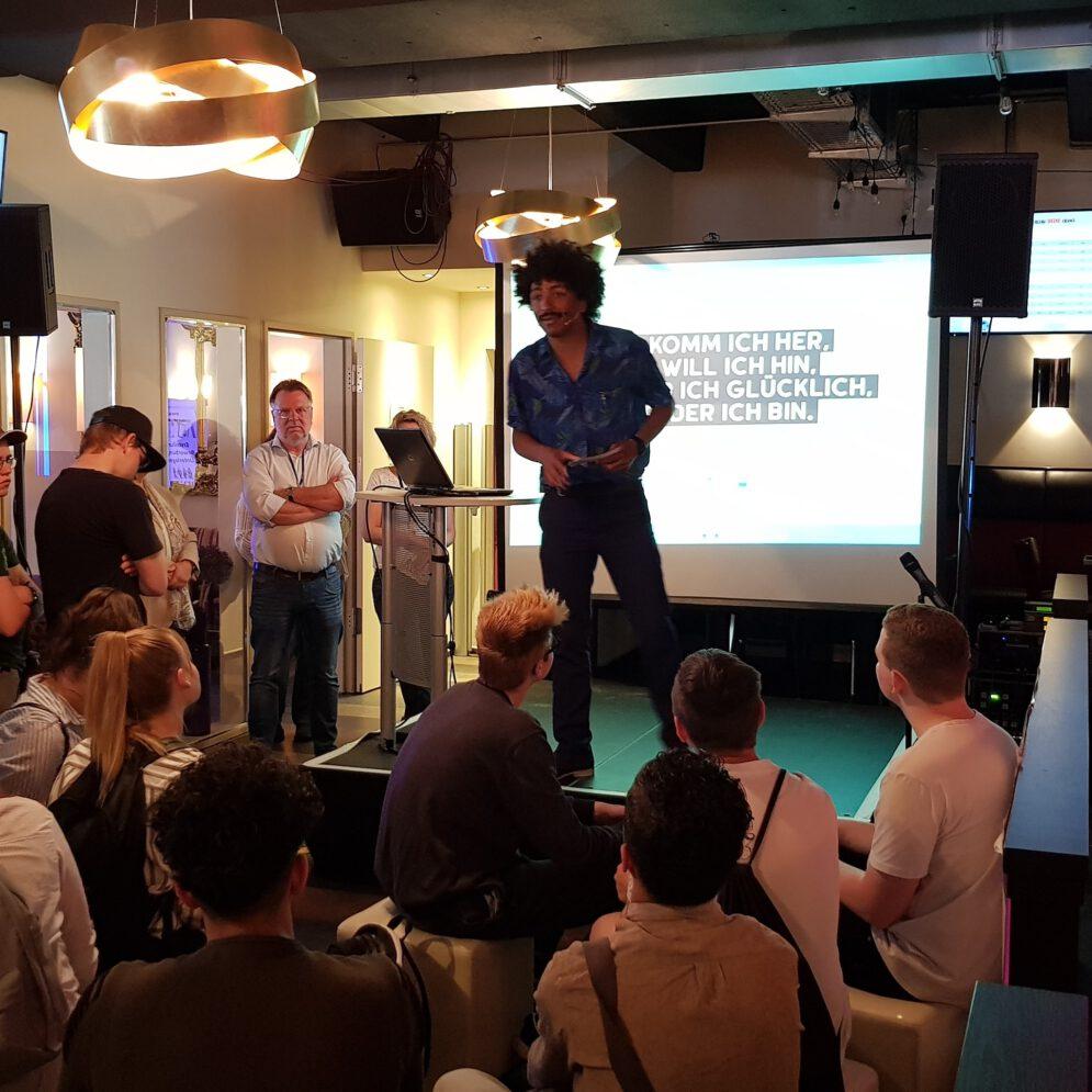 Kleine Bühne für Seminar/Workshop/Präsentation. Die Agentur für Arbeit hat eingeladen zum Thema Ausbildung.